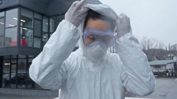 Asiatischer Wissenschaftler legt medizinische Maske ab