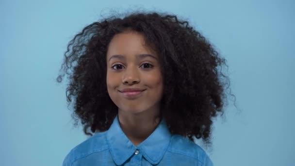 vidám afro-amerikai kölyök mosolygós elszigetelt kék