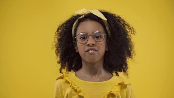 érzelmi afro-amerikai gyerek szemüvegben elszigetelt sárga
