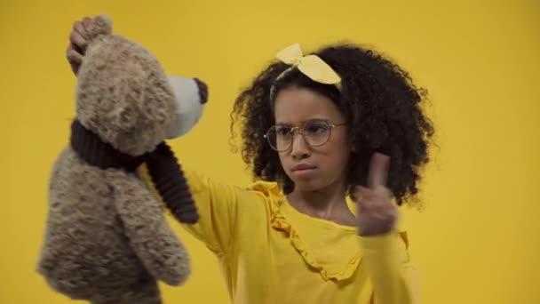 afro-amerikai gyerek nem mutat gesztus puha játék elszigetelt sárga