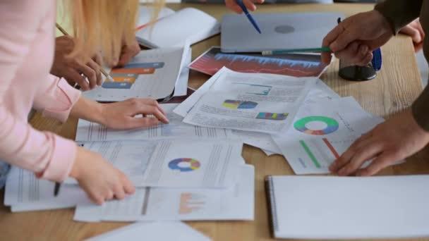 oříznutý pohled na podnikatele v blízkosti grafů a grafů na stole