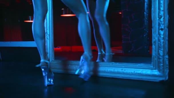 Sexy Stripperin in High Heels tanzt vor Spiegel