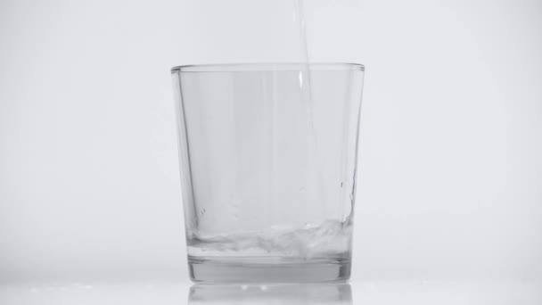 osvěžující voda ve skle na bílém
