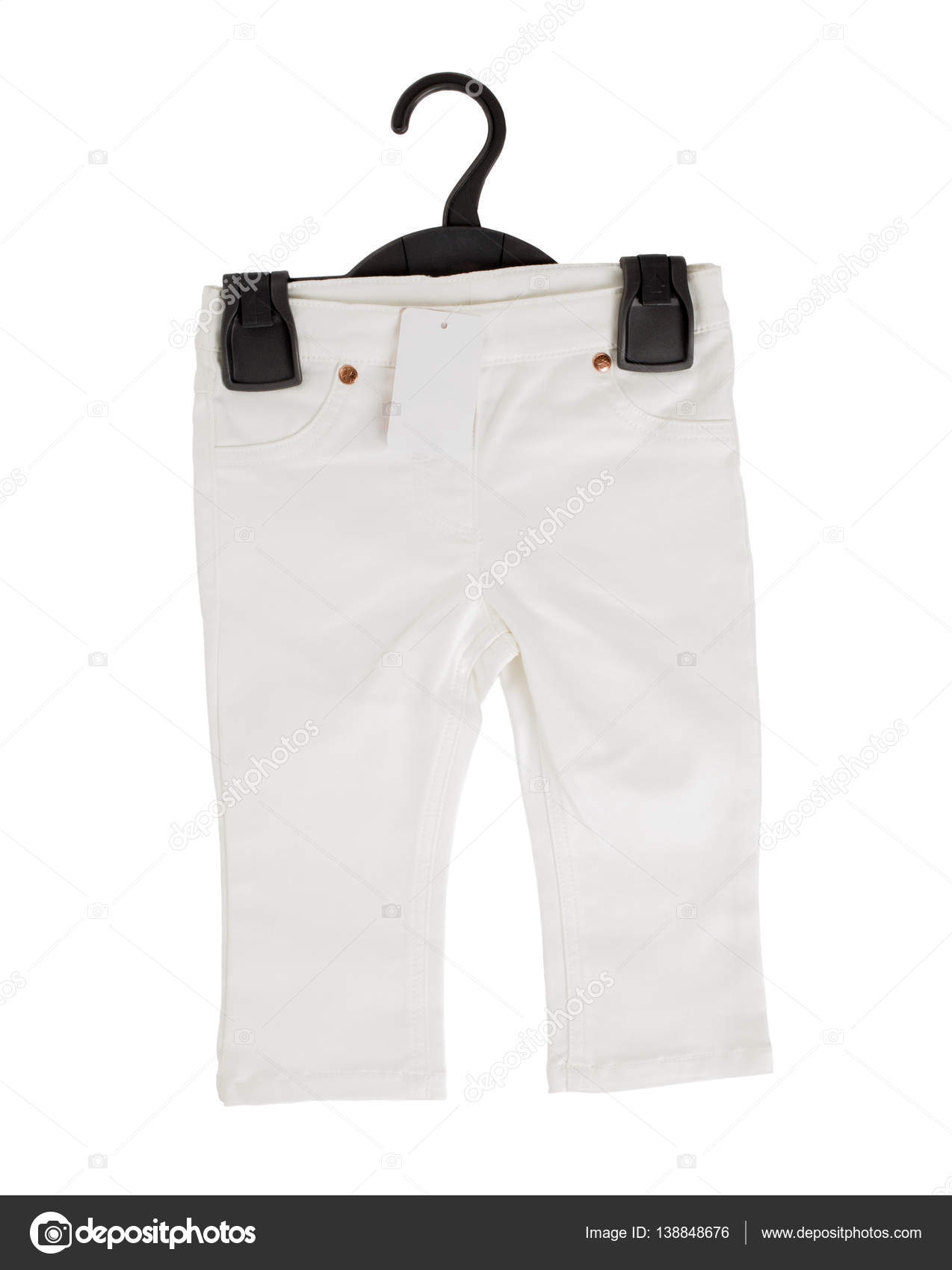 Weiße Jeans-Shorts auf schwarzem Kunststoff Kleiderbügel — Stockfoto ...
