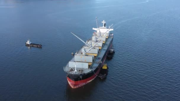 Beringovskiy, region Chukotski, Rusko - 22. června 2019: Loď na přepravu volně loženého nákladu Bulk Aquila je naložena uhlím na kotvišti přístavu Beringovskiy. Střílí se shora..