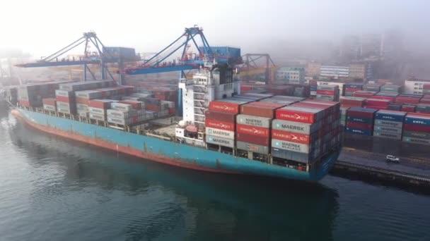 Vladivostok, Rusko - 11. prosince 2019: Kotviště s námořními plavidly přístavu Vladivostok.