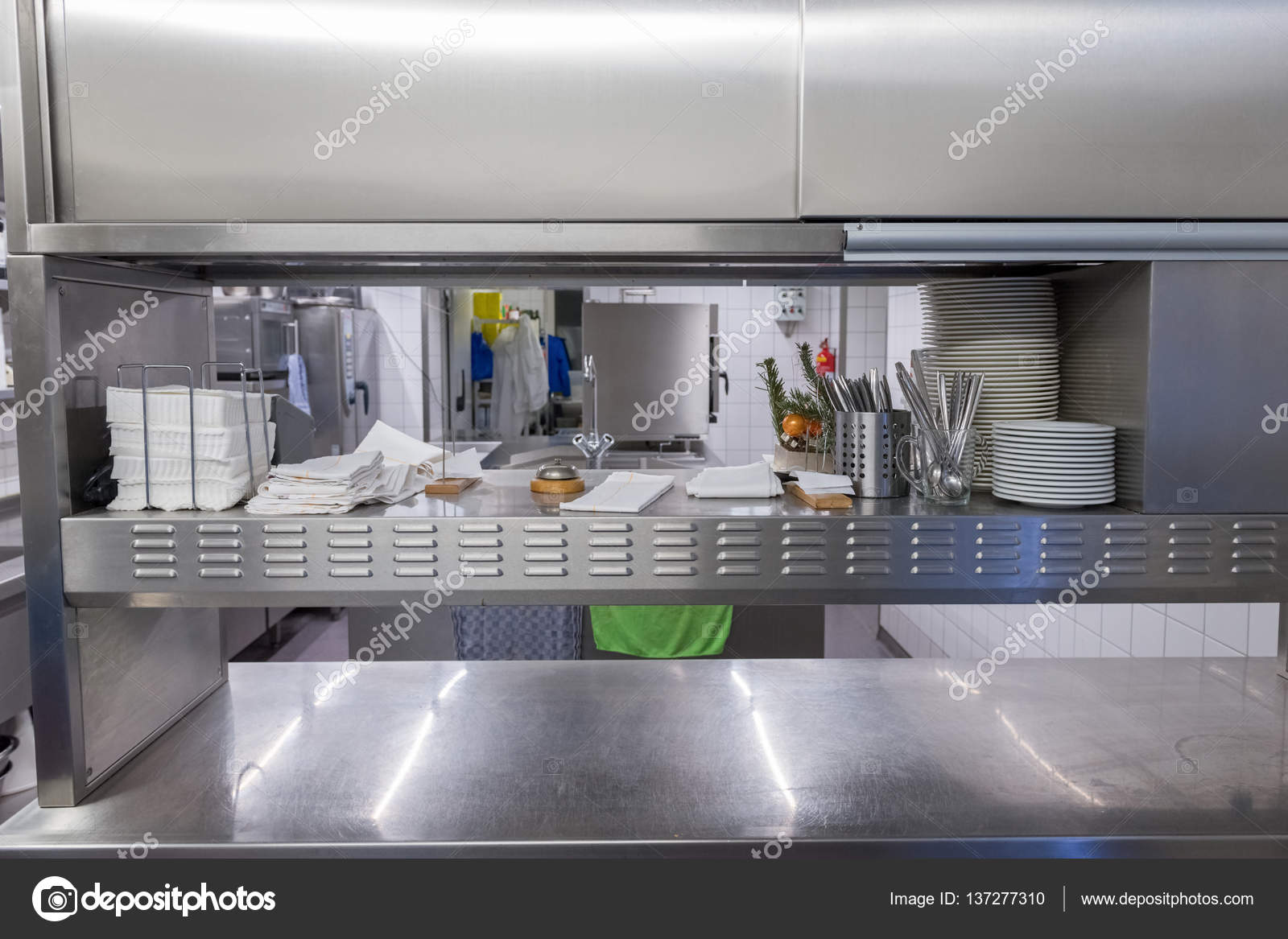 Vista Sobre O Equipamento De Cozinha Industrial Fotografias De