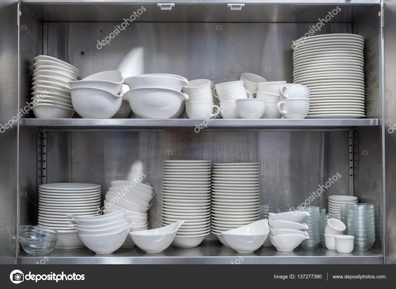 Geschirr im Küchenschrank — Stockfoto © Sergiy1975 #137277380