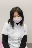 Porträt einer asiatischen Frau mit medizinischer Maske im Gesicht