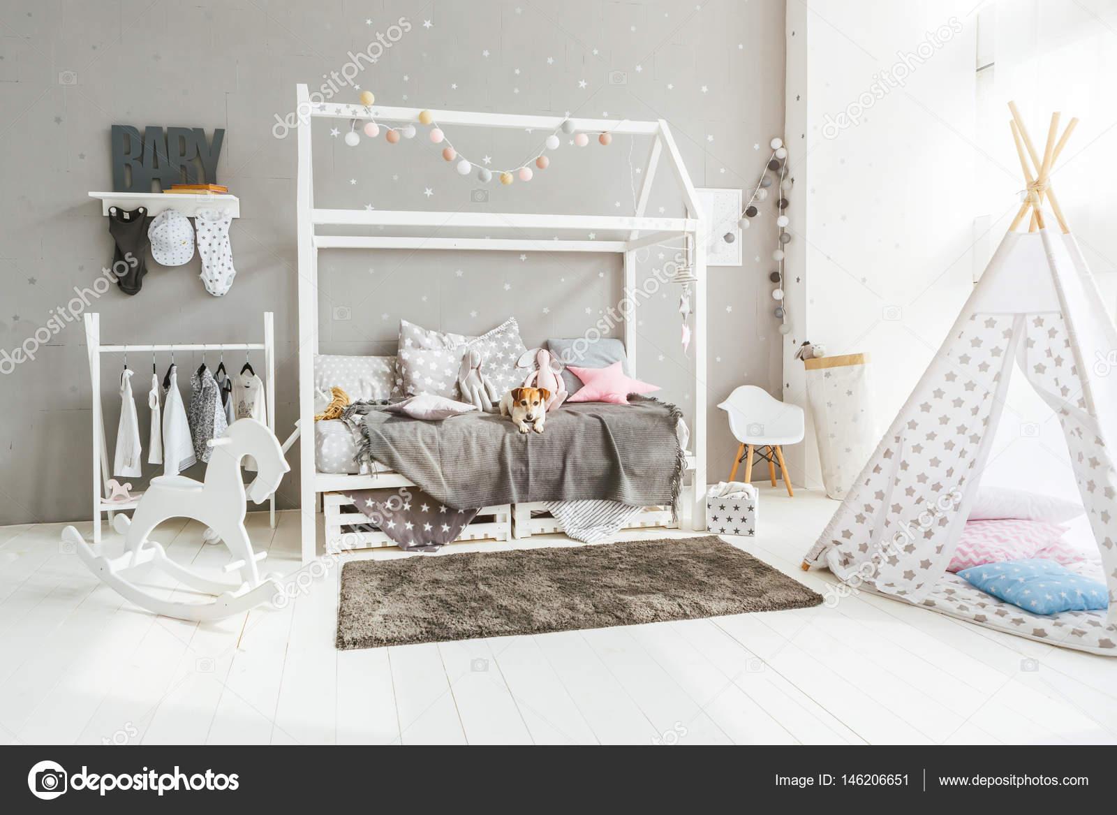 Beeindruckend Kinderzimmer Bett Referenz Von Mit Hund Auf — Stockfoto