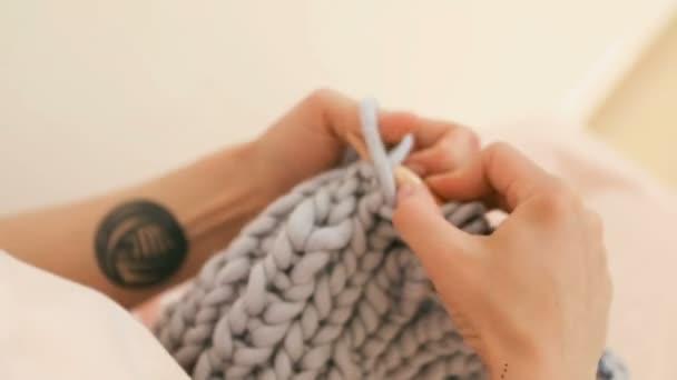 Mani di lavoro a maglia. Hobby manufatto. Riprese video