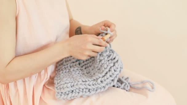 Processo di costruzione a maglia donna graziosa. Hobby rilassante di amore. Riprese video