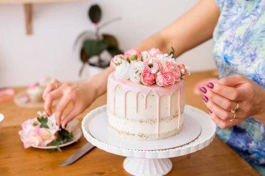 """Картина, постер, плакат, фотообои """"крупный план женских рук, украшающих торт свежими цветами ."""", артикул 365851942"""