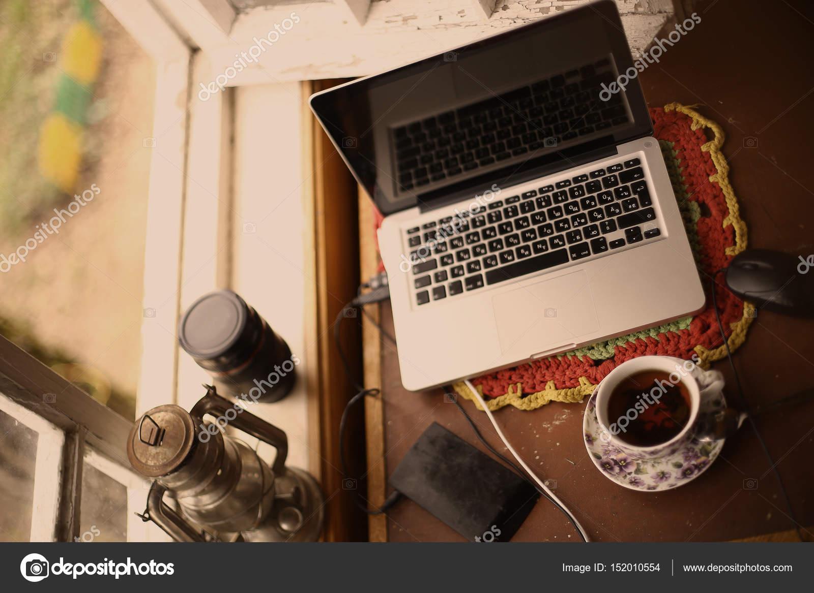 Stillleben Modern vintage mix moderne stillleben mit laptop ölle teetasse