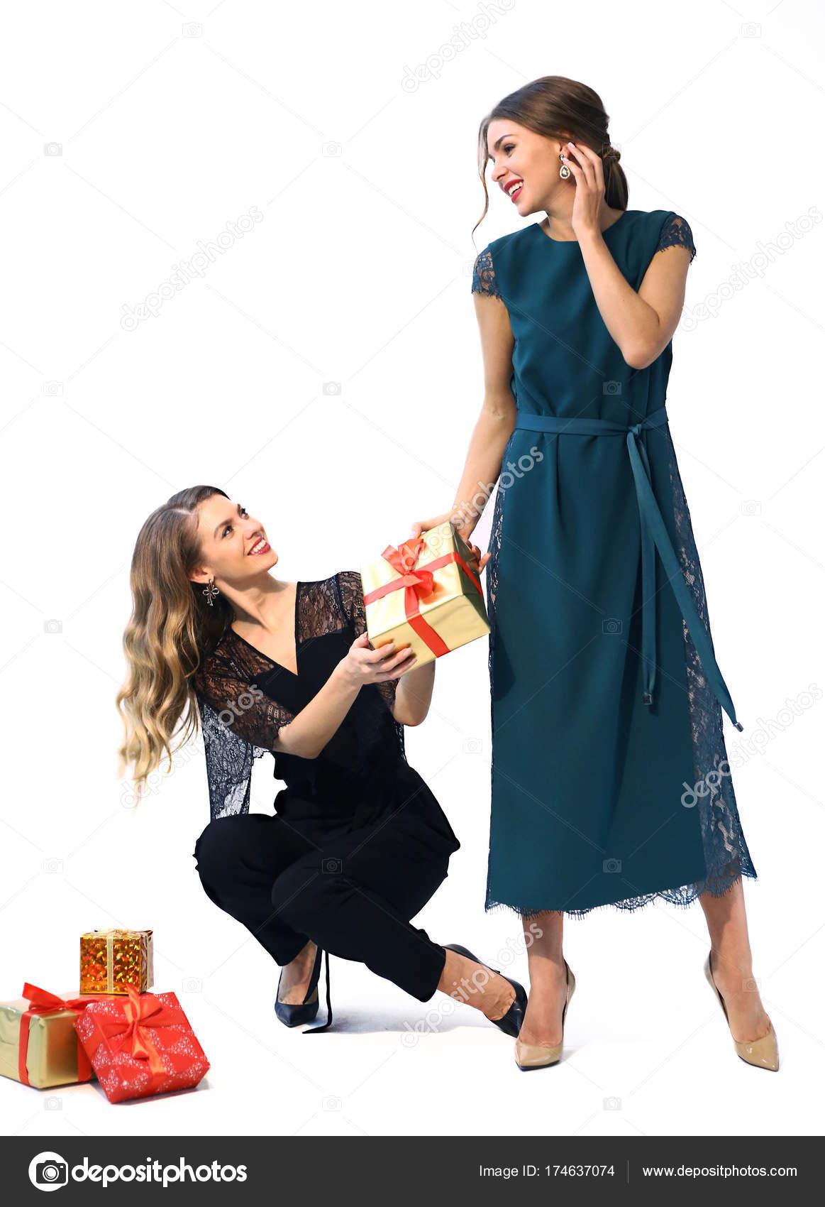 zwei triangulierte Modelle Mädchen in formellen Partei Kleidung mit ...