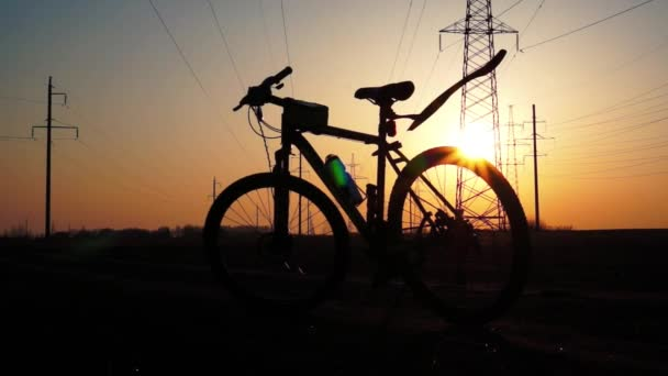 Silueta kolo při západu slunce.
