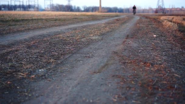 Muž jedoucí na kole v oblasti