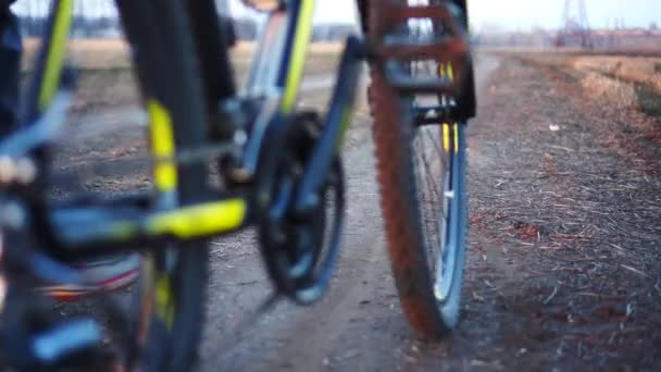Muž jede kolo na dokončení výcviku. Čas západu slunce