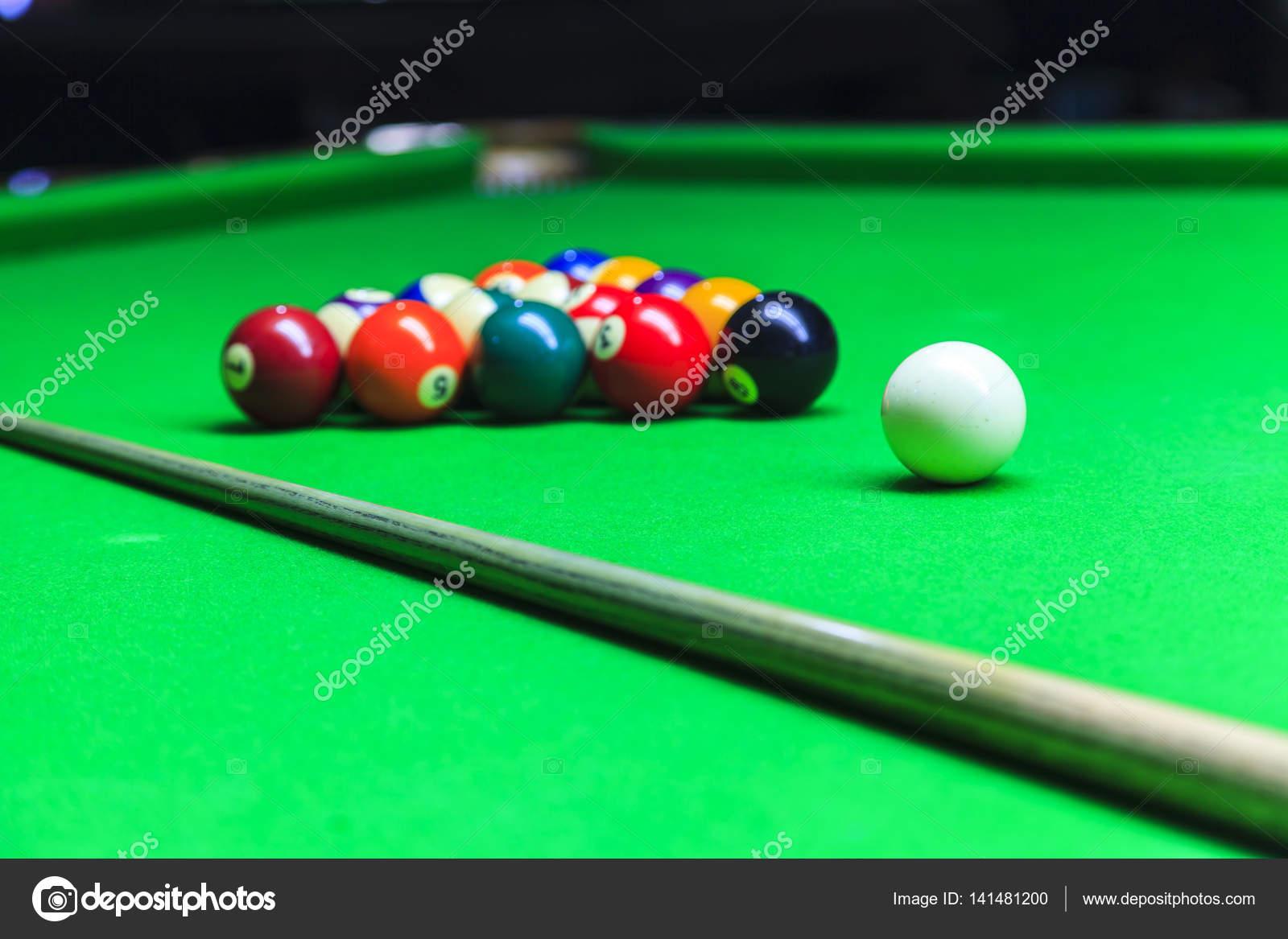 Palla da biliardo sul tavolo da biliardo — Foto Stock © Naypong ...