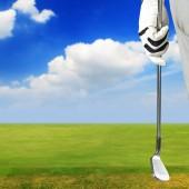 Golfové hráč drží golfový klub v golfové hřiště