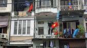 staré jednoduché barevné domy v Hanois vlakové ulici