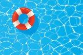 Anello rosso piscina galleggia in una piscina blu. Estate backgroun