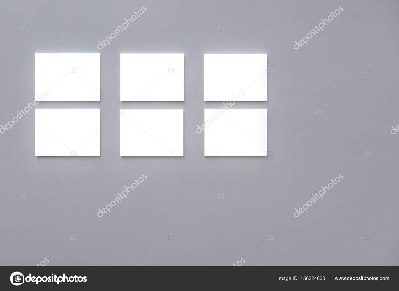 Lege frames op grijs muur u stockfoto smshoot
