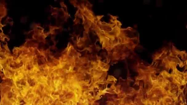 Hořící oheň s černým pozadím a letícími jiskry