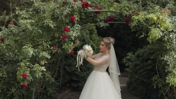 Brautstrauß in den Händen der Braut. Hochzeitstag. Engagement