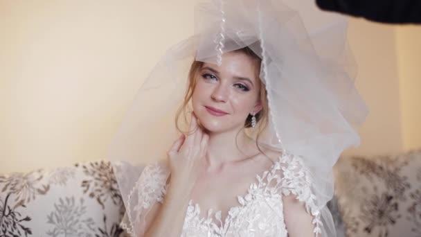Szép és szép menyasszony az éjszakai ruháját és fátylat. Esküvő reggel. Lassított mozgás