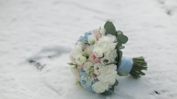 Krásná svatební kytice na sněhu. Kytice s růžovými, bílými květy