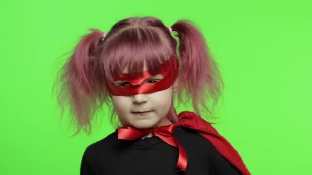 Vicces kislány jelmezben és maszkban szuperhőst játszik. Nemzeti szuperhős nap
