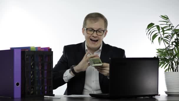 Šťastný obchodník manažer s penězi házení v dešti hrát na kameru