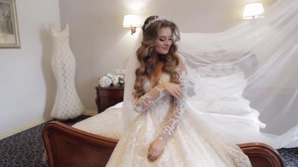 Krásná, krásná nevěsta ve svatebních luxusních šatech a závoji. Krásná nádherná žena