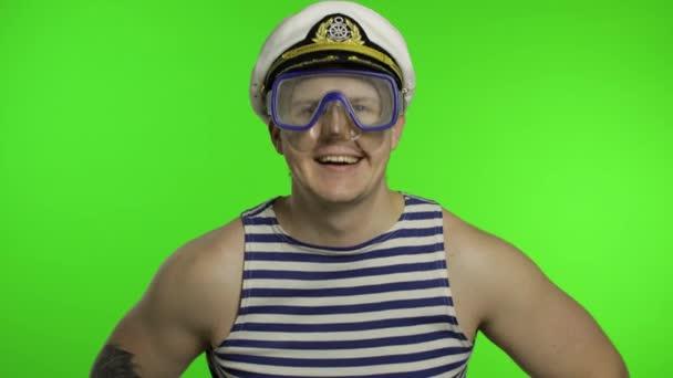 Emotionaler Mann in Unterwassermaske, winkende Hände, gestreiftes Matrosenhemd