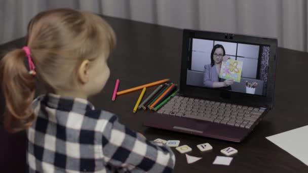 Děti dálkové vzdělávání na notebooku. Online lekce doma s učitelkou