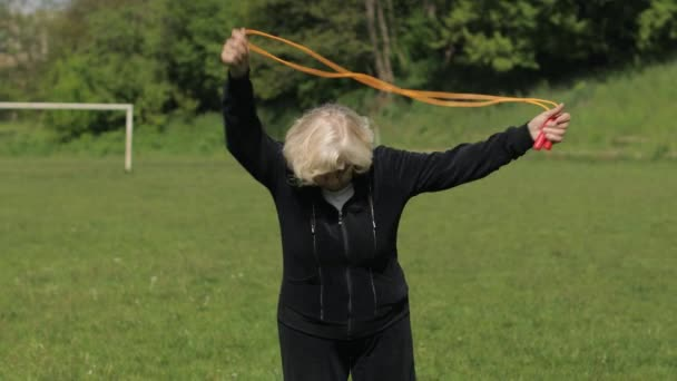 Aktivní senioři 80 let stará běloška dělat ranní fyzické cvičení