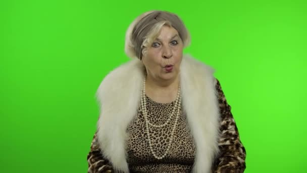 Ältere stilvolle Großmutter. Kaukasierin wirkt überrascht schockiert. Verblüffung