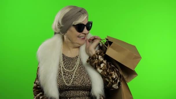 Ältere stilvolle Großmutter. Kaukasierin nach erfolgreichem Online-Shopping