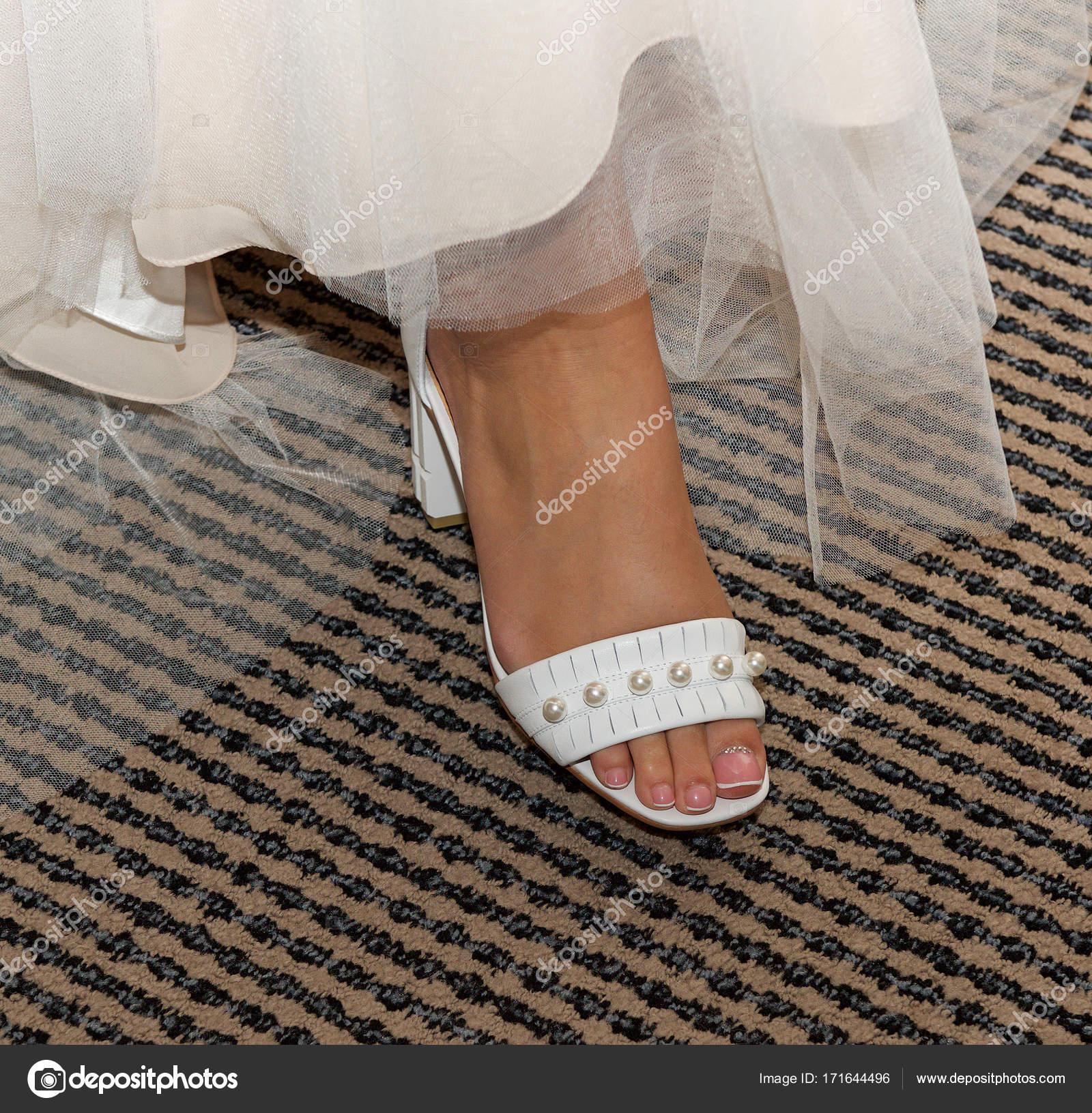 8c2b449f5d6 Κοντινό πλάνο του μια νύφη σε τα παπούτσια του γάμου. Νύφη στο λαμπερό  νυφικά. Πόδι. Πόδι της γυναίκας– εικόνα αρχείου