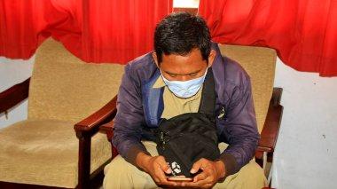 COVID-19 Pandemic Coronavirus çalışanları SARS-CoV-2 virüsünü yaymak için maske takıyor. Pekalongan Endonezya, 27 Mart 2020