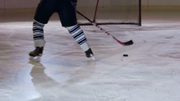 Hokejista plácne puk do branky tak, že se dotkne sítě a pak bruslí kolem branky na druhou stranu kluziště.
