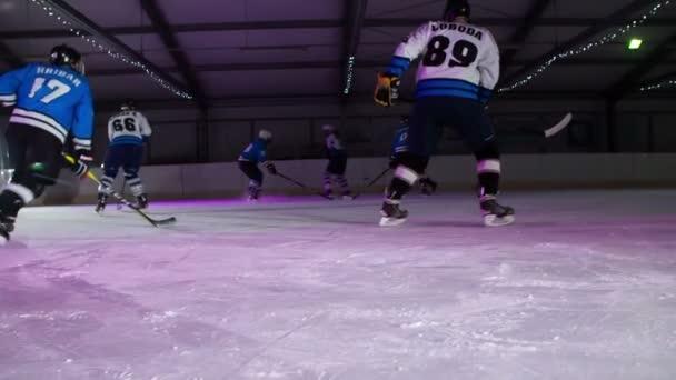 Hokejisté jsou bruslení na ledě a zahřívají se před svou hrou.