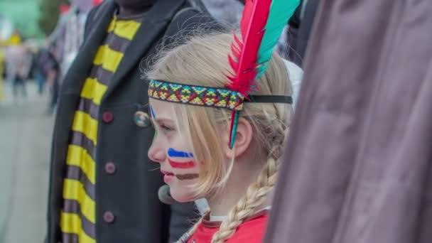 Ez a kislány indiánnak öltözött a fesztivál alatt, és megfigyeli a parádét..