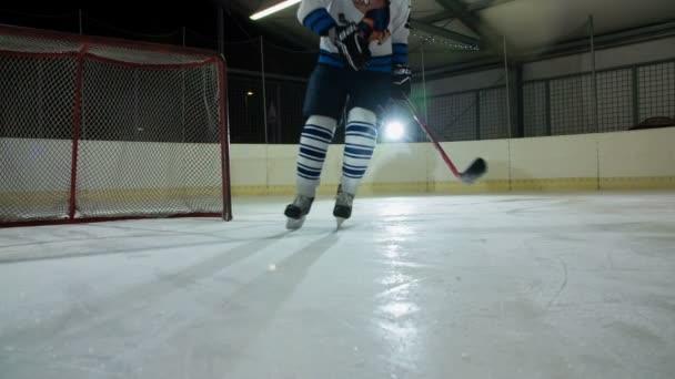 Hokejista se otočí a zastaví se na ledě..