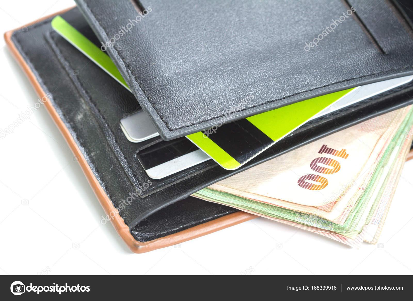 2e014c9ac Billetera con tarjetas de crédito y billetes tailandés sobre fondo blanco,  concepto de dinero — Foto de ...