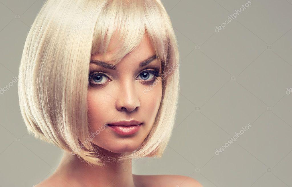 Frau Mit Make Up Und Kurze Blonde Haare Stockfoto