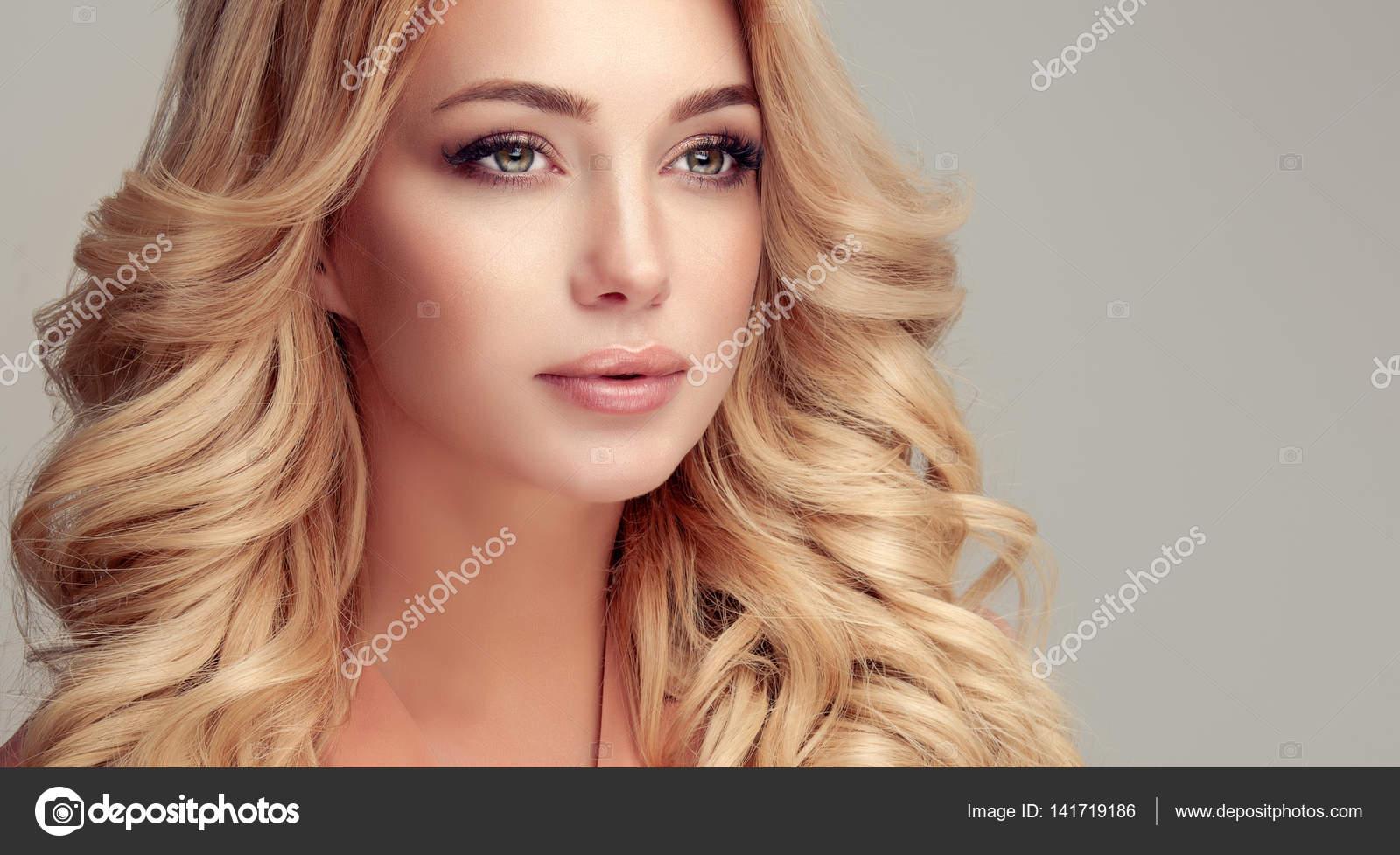 Beautiful blonde hair girl — Stock Photo