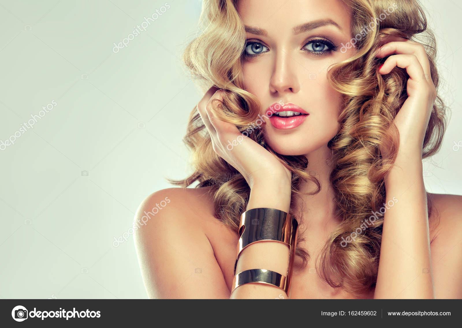 Blonde Madchen Mit Lockige Frisur Stockfoto C Edwardderule 162459602
