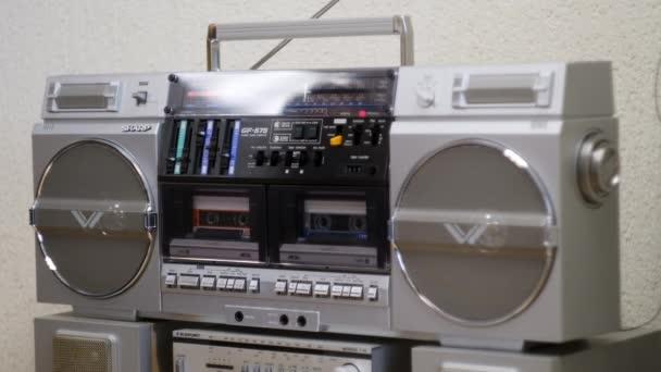 Einschalten und den alten Kassettenspieler ausschalten